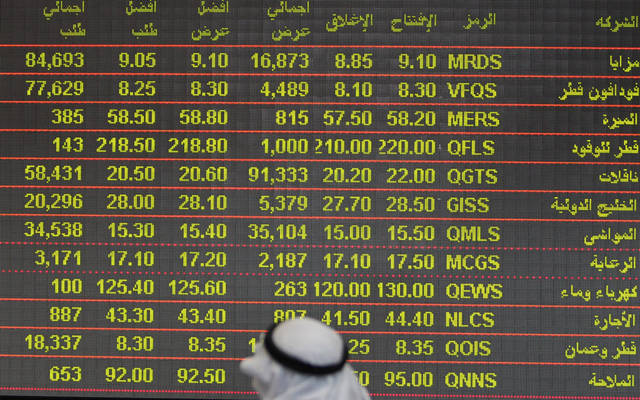 مستثمر يتابع شاشة التداولات ببورصة قطر