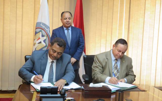 جانب من توقيع اتفاق بين الشحات غتورى رئيس مصلحة الجمارك والفريق شرطة الدكتور بشير الطاهر رئيس هيئة الجمارك السودانية
