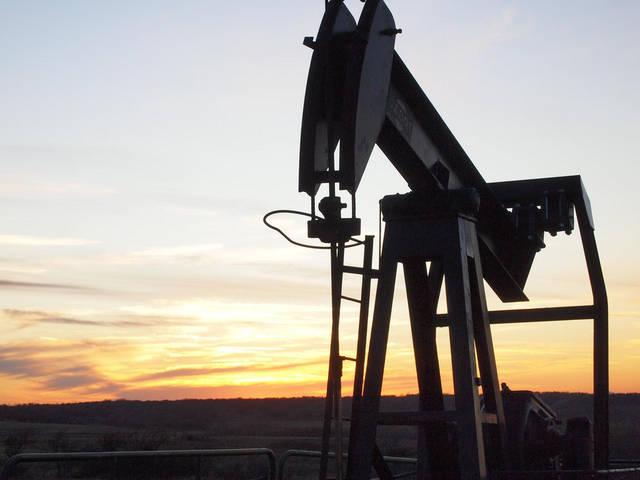 Oil pares losses on tight supply fears; demand concerns weigh