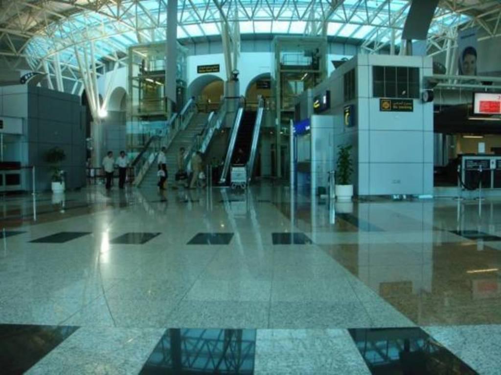 """""""طوارئ الشارقة"""" تعلن إجراءات جديدة للقادمين عبر المطار"""