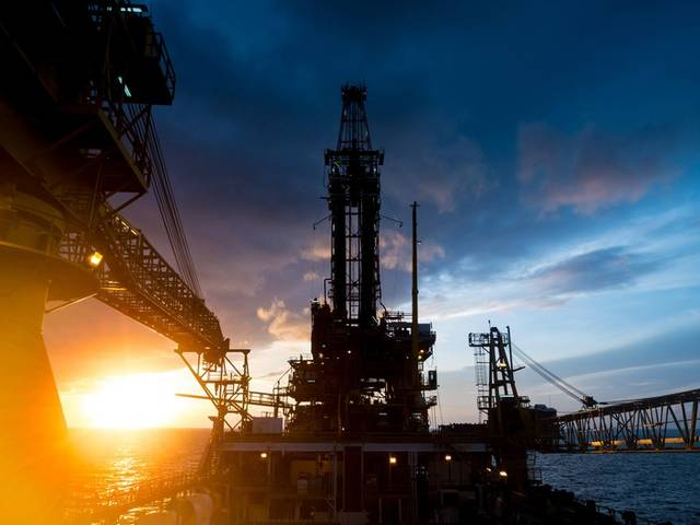 US crude stockpiles decline as oil prices rise