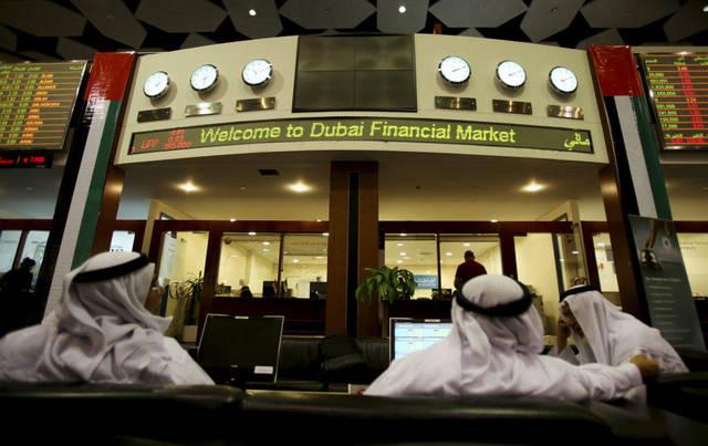 متعاملون يتابعون الأسعار بسوق دبي المالي