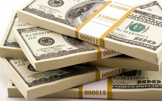 الدولار الأمريكي يتراجع عالمياً عقب بيانات اقتصادية