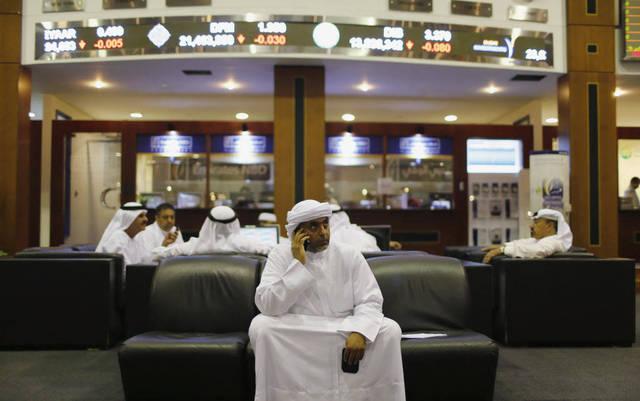 متعاملون يتابعون الأسعار ببورصة دبي