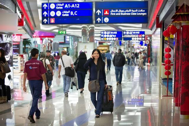 مسافرون عبر مطار دبي الدولي