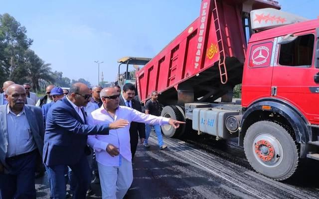 وزير النقل المصري خلال الجولة التفقدية