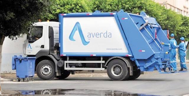 إحدى ناقلات النفايات التابعة للشركة