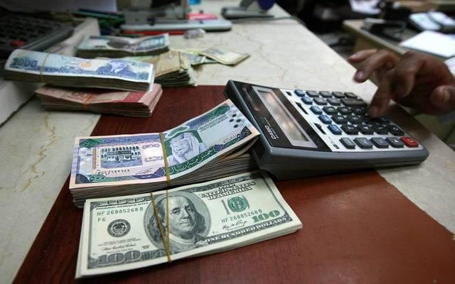 نقود من فئة الريال السعودي والدولار الأمريكي