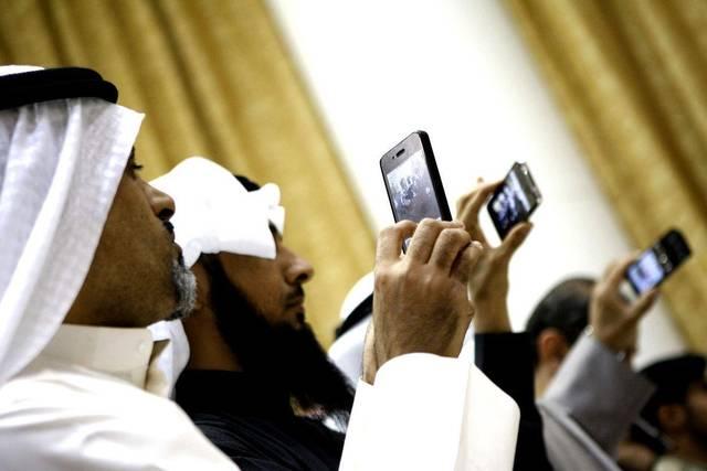 أحد مستخدمي خدمات الاتصالات بدولة الإمارات