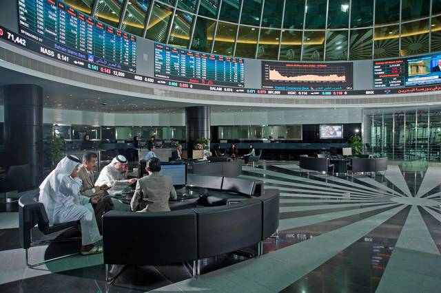 مستثمرون يتابعون شاشات تداول في بورصة البحرين