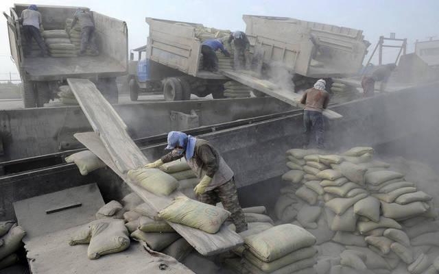 عمال في قطاع الأسمنت