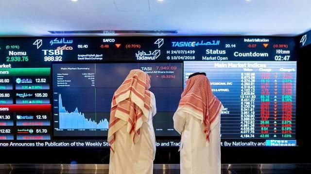 متعاملان يتابعان تداولات سوق الأسهم السعودية