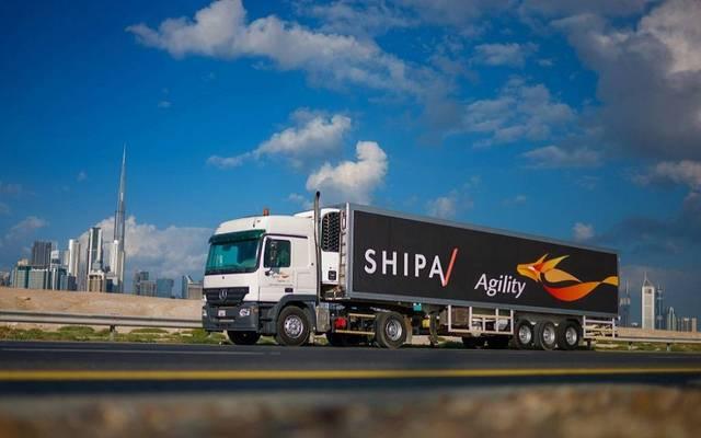 """إحدى عربات الشحن السريع تحمل شعار """"أجيليتي"""" و""""شيبا"""""""