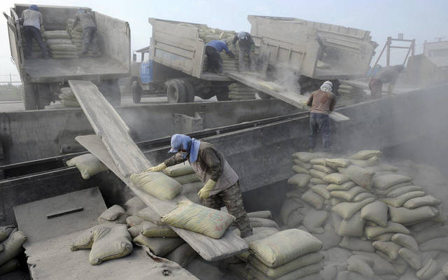 عمال يمارسون أعمالهم في مجال الأسمدة