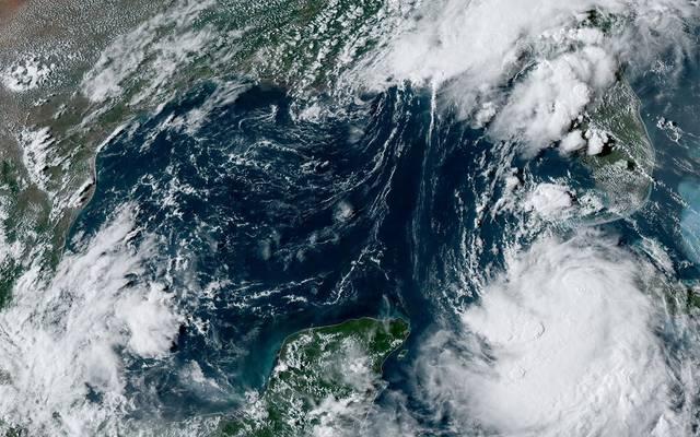 """إعصار """"لورا"""" يُشكل أكبر تهديد لإنتاج النفط الأمريكي بـ15 عاماً"""