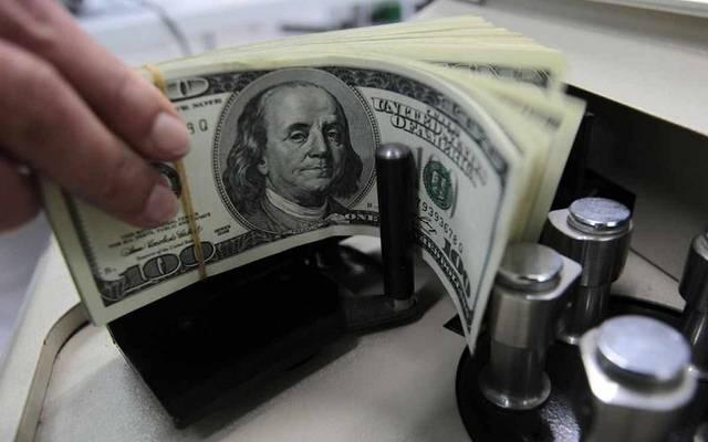 مسح: الدولار سيتراجع حال استسلام الفيدرالي لضغوط ترامب والسوق