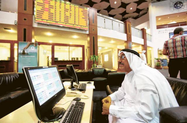 متعامل يتابع أسعار الأسهم بقاعة سوق دبي المالي، الصورة أرشيفية