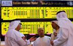 مستثمرون داخل مقر سوق أبوظبي المالي