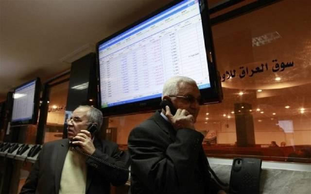 مستثمران يتابعان التداولات ببورصة العراق