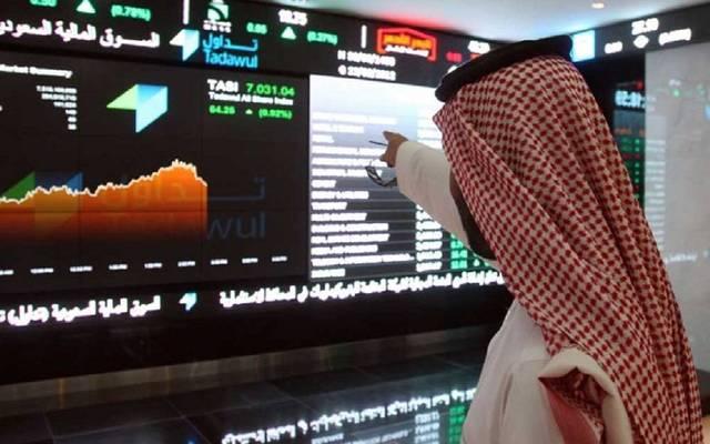 مستثمر أمام شاشة التداول بسوق المال السعودي