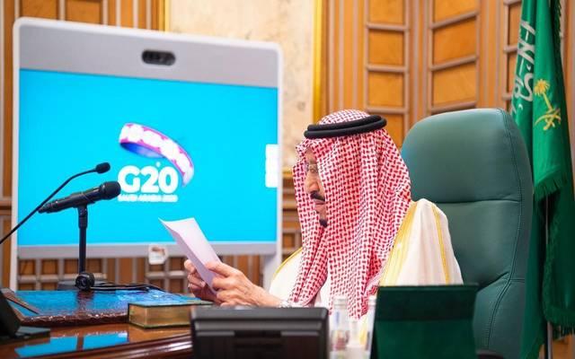 خادم الحرمين الشريفين، الملك سلمان بن عبدالعزيز آل سعود، خلال ترؤسه اجتماع الاستثنائي لثادة مجموعة العشرين