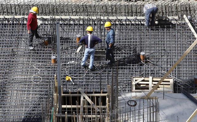 عمال يقومون بأعمال البناء بأحد المنشأت