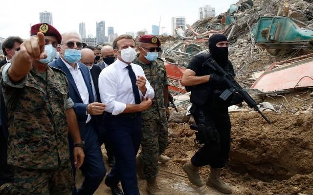 الرئيس الفرنسي خلال زيارة لموقع الحادث في بيروت