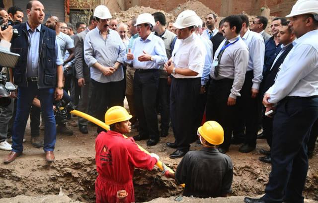وزير البترول المصري طارق الملا خلال تفقده أحد مشروعات توصيل الغاز الطبيعي