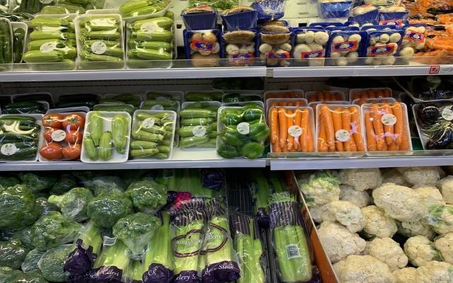 محال تجارية بالسعودية تعرض سلعاً غذائية