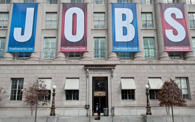 هبوط طلبات إعانة البطالة الأمريكية قرب أدنى مستوى بـ49 عاماً