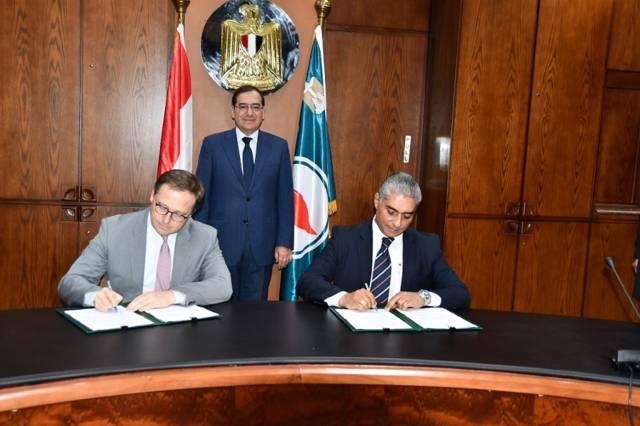 وزير البترول المصري يشهد توقيع اتفاقية التمويل بين جودت الصادق رئيس شركة السويس لمشتقات الميثانول، وونيكولاس ثيفينوت نائب رئيس الشركة العربية للاستثمارات البترولية (أبيكورب)