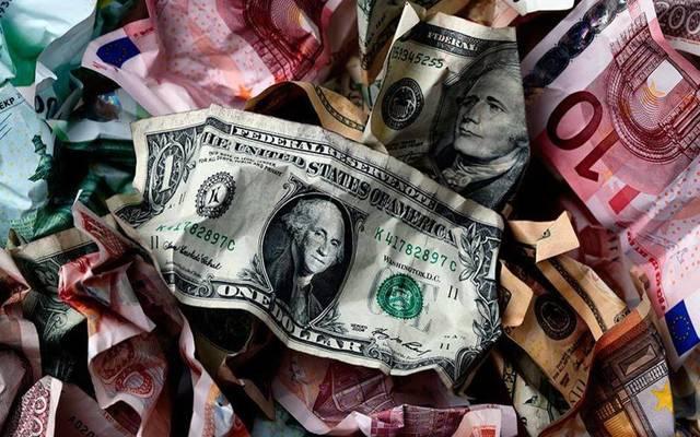 محدث.. الدولار يتحول للهبوط أمام العملات الرئيسية بعد بيانات اقتصادية