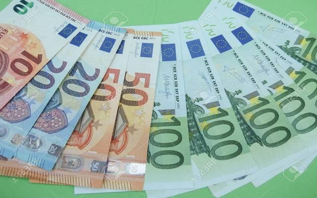 رغم وعود المكاسب.. اليورو يتعرض لخسائر فادحة وسط أزمات الاقتصاد