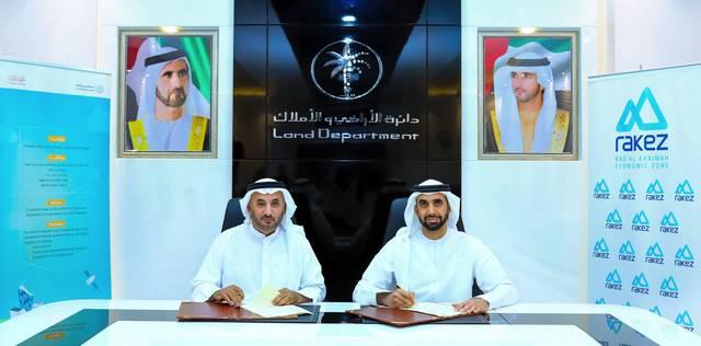 جانب من توقيع الاتفاقيتين بين ممثلي الدائرة و إمارة رأس الخيمة