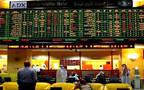 متعاملون يتابعون أسعار الأسهم سوق أبوظبي للأوراق المالية، الصورة أرشيفية