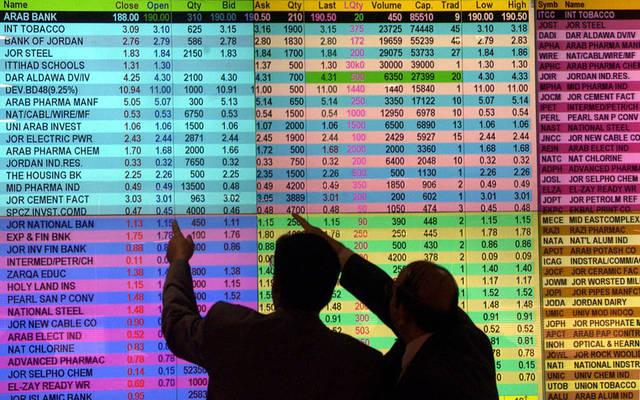 مستثمران يتابعان شاشة الأسعار ببورصة عمَّان
