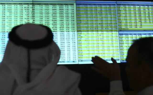 مستثمران يتابعان أسعار الأسهم بسوق عمان للأوراق المالية