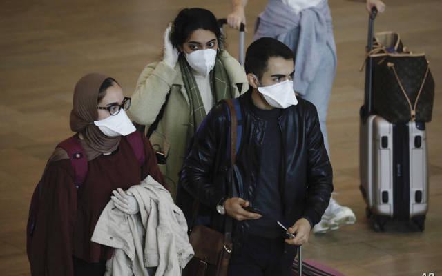 مواطنون يرتدن كمامات الوقاية من الفيروسات