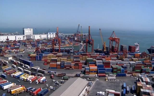 منطقة شحن وتفريغ البضائع في أحد الموانئ السعودية