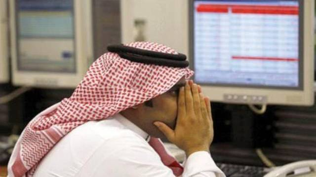متعامل يتابع الأسهم السعودية