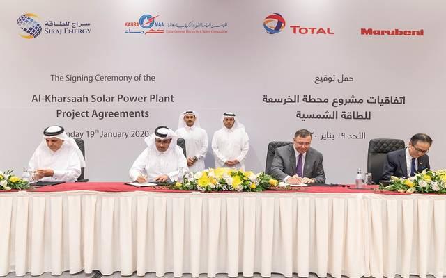 خلال توقيع اتفاقية بناء امحطة الطاقة الشمسية