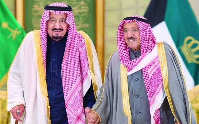 الملك سلمان خلال لقاء سابق بأمير الكويت