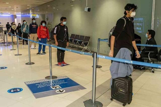 مسافرون بمطار أبوظبي