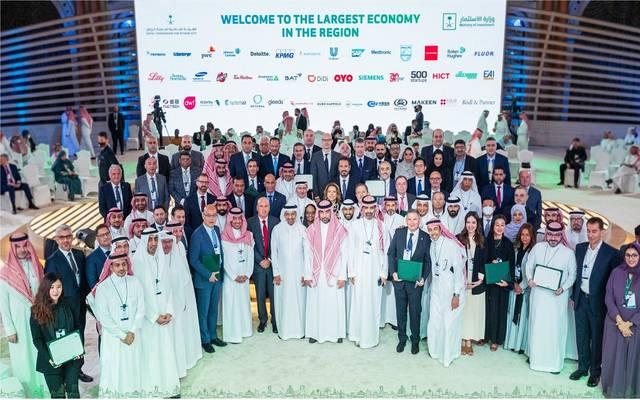 وزير الاستثمار السعودي خالد الفالح مع مسؤولي الشركات
