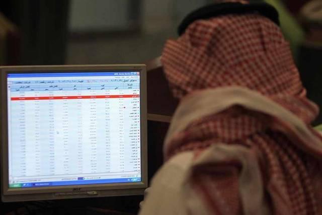 متعامل يتابع أسعار الأسهم السعودية