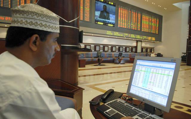 مستثمر يتابع التداولات بسوق مسقط للأوراق المالية