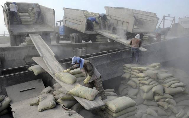 عمال يمارسون أعمالهم بمجال الأسمدة