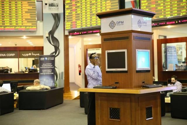 مستثمر يتابع أنشطة التداول داخل بورصة دبي