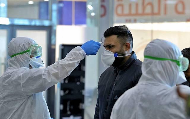 قياس درجات الحرارة لمشتبه في إصابتهم بفيروس كورونا ـأرشيفية