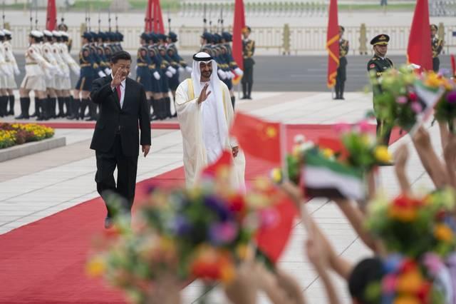 الشيخ محمد بن زايد آل نهيان ولي عهد أبوظبي والرئيس الصيني شي جين أثناء الزيارة